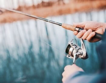A picture of a fishing pole and spinning reel