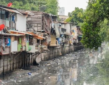 A picture of a river polluted by a urban slum