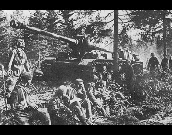 A photo of a Soviet IS-2 Tank at the Battle of Kursk