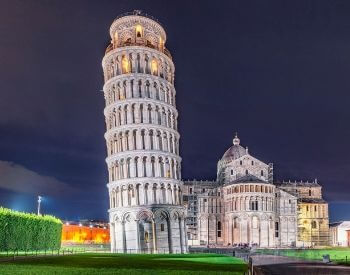 A picture of the Leaning Tower of Pisa at night