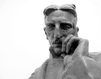 A picture of a bust statue of Nikola Tesla (Никола Тесла)