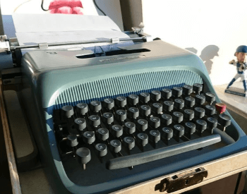 A picture of the Olivetti Studio 44 typerwriter from the 1950s