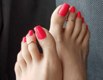 A picture showing an example of painted toenails