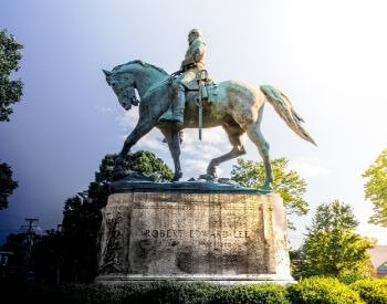 A picture of a statue of Robert E. Lee on a horse