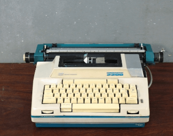 A picture of a Coronamatioc 2200 electric typewriter