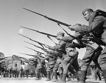 A picture of Soviet troops training in Moscow in August 1941