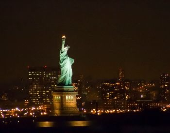A picture of the Statue of Liberty at nightime