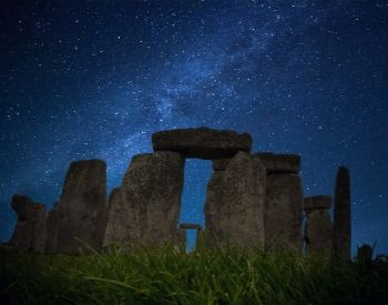 A picture of Stonehenge at night
