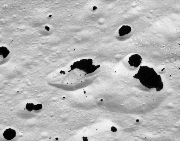 A photo showing the surface of the moon Iapletus
