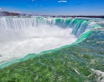 A picture of the edge of Niagara Falls waterfall