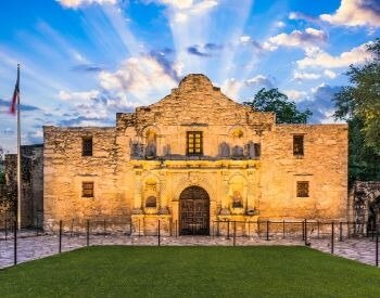 A picture of the front of the Alamo