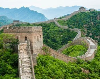 A picture of the Great Wall of China in the summer