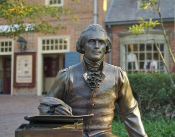 A picture of a statue that depicts Thomas Jefferson