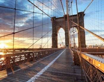A picture of the walkway on the Brooklyn Bridge